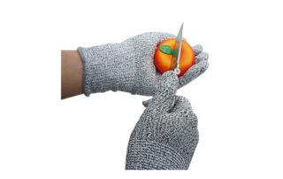 couper une tomate avec des gants de protection niveau 5 gris